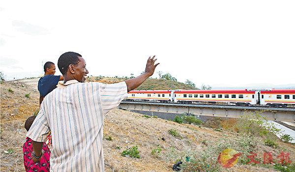 ■內地「一行三會一局」紛紛發聲表態給予「一帶一路」建設金融和資本支持。圖為採用中國標準、中國技術、中國裝備建造的肯尼亞蒙內鐵路。新華社