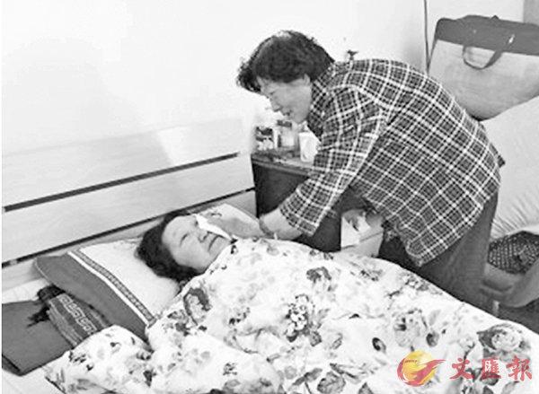 ■馬女士安慰病中的阿秀,「咱們是一家人,我們都愛你!」這讓阿秀淚如泉湧。網上圖片