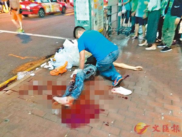 ■傷者浴血躺臥街頭,有熱心男途人替事主按住腿部傷口止血。網上圖片