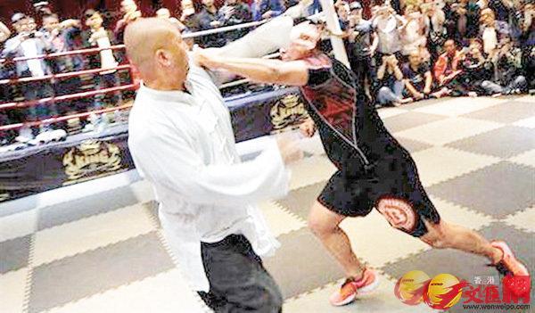 格鬥手徐曉冬(右)日前對賽太極拳手魏雷。 網上圖片