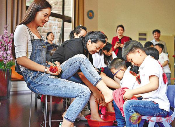 昨日,安徽省合肥市學林軒社區舉辦「感恩母親節」活動,孩子們為母親洗腳、按摩,感恩自己的母親。 ■ 圖/文:中新社