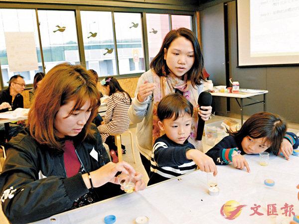 ■王太(左一)帶同子女參加「綠在觀塘」工作坊,學習善用廚餘製作唇膏,培養他們的環保意識。