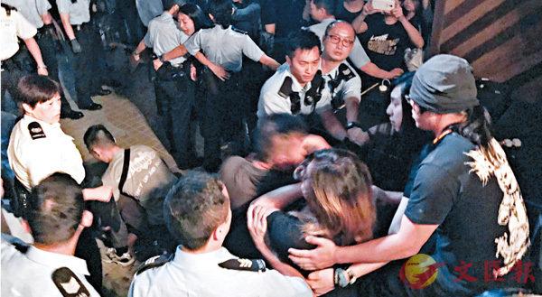 ■警員與在場人士一度發生衝突及拉扯。