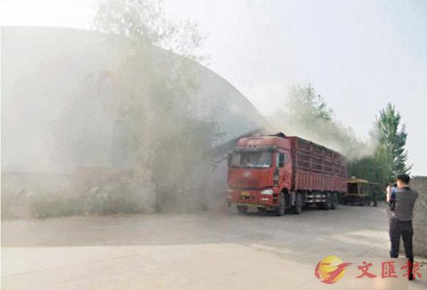 ■中儲糧光武分公司匆忙組織車輛將糧食運走,被指「以期消滅證據」。網上圖片