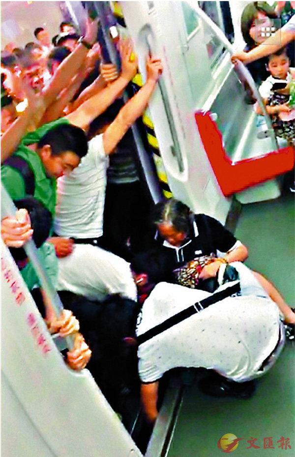 ■男士們在地鐵門外站成一排,徒手奮力推地鐵。網上圖片
