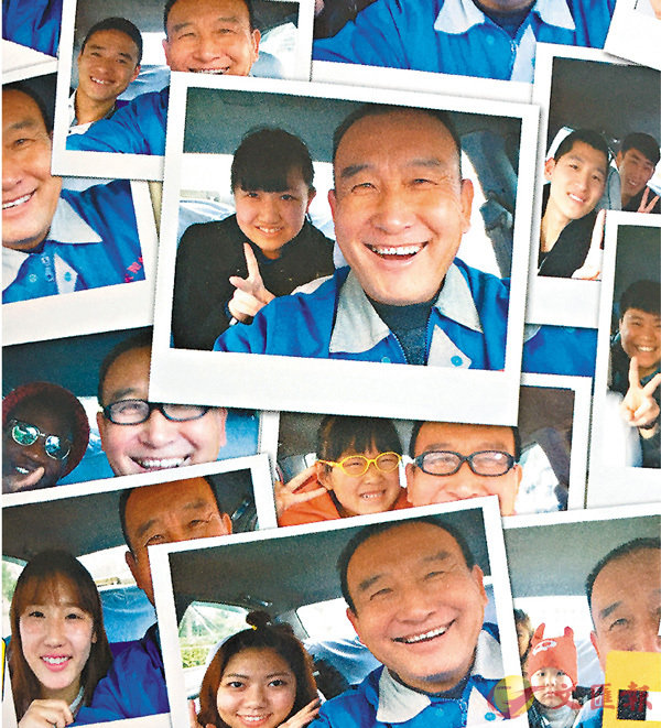 ■從2011年起,滕家智已與乘客拍下4萬張微笑合影,成為與乘客微笑合影最多的出租車司機。記者于珈琳  攝