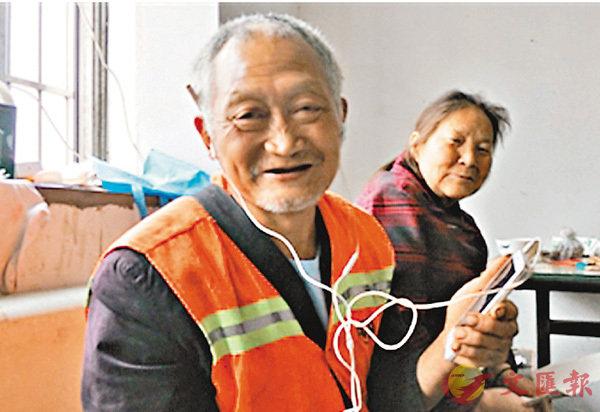 ■環衛工任大爺收到新手機後非常開心。網上圖片