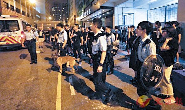 ■大批配備盾牌及警犬的警員前晚到場控製場麵。 資料圖片