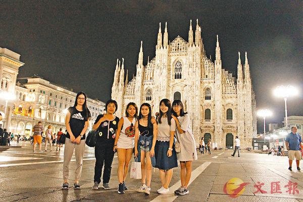 ■麥曉琳(右一)與同學非常珍惜一起遊學的時光,在行程尾聲,她們在米蘭主教座堂前合照留念。 筆者供圖