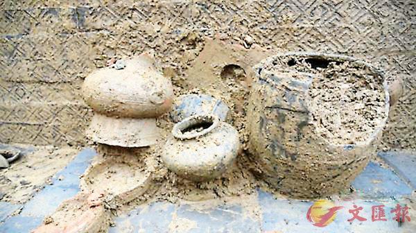 ■考古人員已陸續清理出陶罐等39件隨葬品。 本報重慶傳真