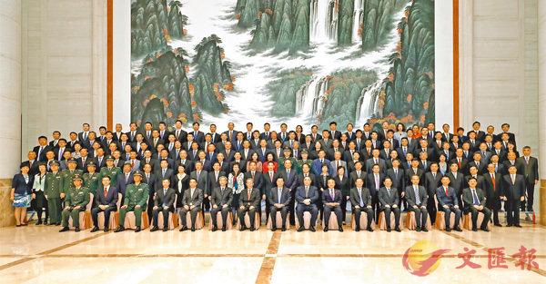 ■張德江(前排左八)9日下午在澳門會見中央駐澳機構和主要中資機構負責人。 中通社