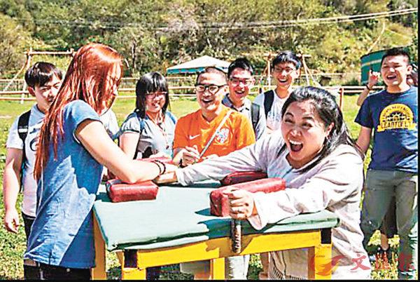 ■王翠蘭(前排右)與當地人遊戲。 校方供圖