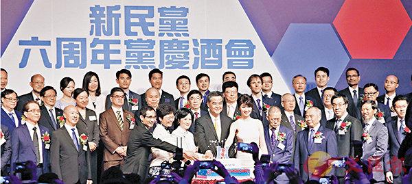■賓主在台上切蛋糕及向眾人祝酒。香港文匯報記者曾慶威 攝