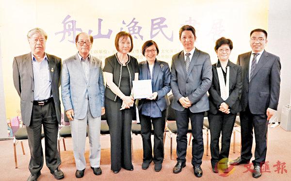 ■「舟山漁民畫展」一連4天舉行,鄧楊詠曼(左三)致送紀念品予許曉暉(左四)。香港文匯報記者沈清麗  攝