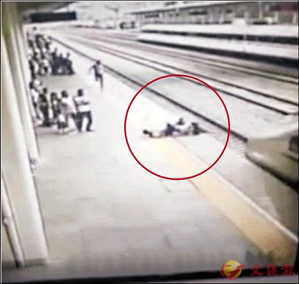 ■動車進站時,客運人員翁建忠拚盡全力拉回跳軌女生(紅圈所示)。網上圖片