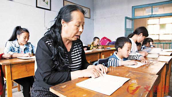 ■李桂鳳帶孩子們習讀《弟子規》。香港文匯報記者于珈琳 攝