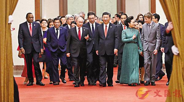 ■中國國家主席習近平在北京人民大會堂舉行「一帶一路」國際合作高峰論壇歡迎宴會。圖為習近平與嘉賓進場。中新社