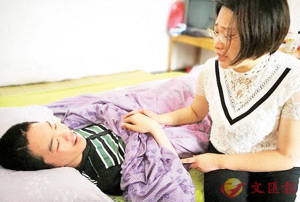 ■童淑芳在病榻前給章浩傑講故事。 香港文匯報浙江傳真