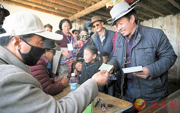 ■牧民拿到2017年冬蟲夏草採挖證。 中新社