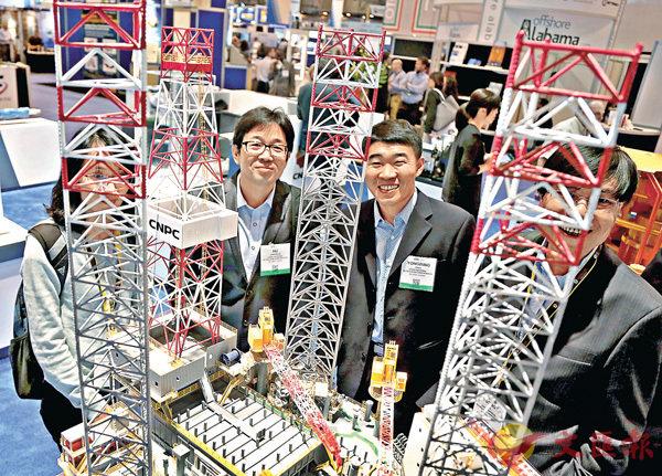 ■中國在能源技術上與國際間交流增多。圖為今年休斯敦國際海洋油氣技術大會,與會者參觀中國石化展台。 資料圖片