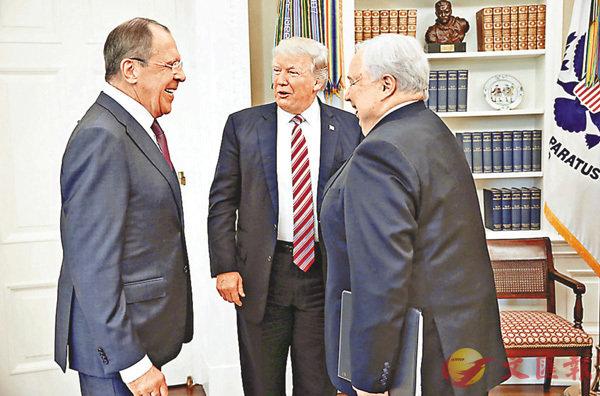 ■特朗普上周於白宮接見拉夫羅夫(左)及大使基斯利亞克(右)時衰多口。 法新社