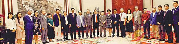 ■駱家輝與陳紅天等同心成員會談。 香港文匯報深圳傳真
