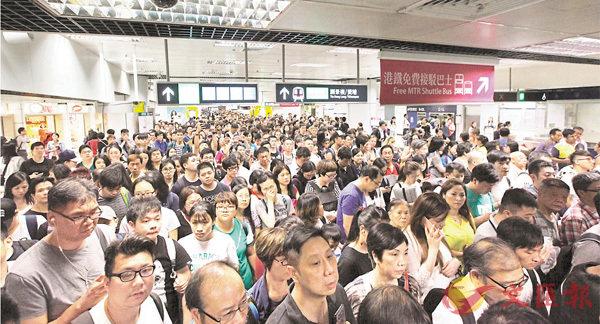 ■九龍塘站轉東鐵線的大堂人頭湧湧。香港文匯報記者曾慶威  攝