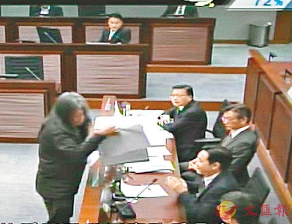 ■梁國雄當日在立法會一個聯席會議上,公然搶走馬紹祥放在會議桌上的文件夾。資料圖片