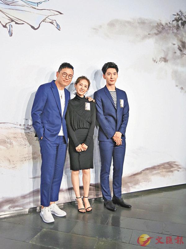 ■左起:苗僑偉偕李一桐、陳星旭到香港文化博物館金庸館參觀。