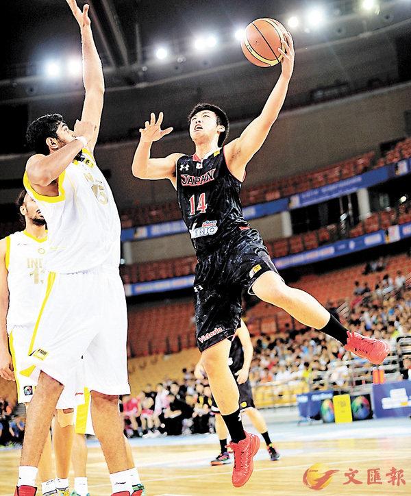 ■張本天傑(右)2014年代表日本參加亞洲盃。 新華社
