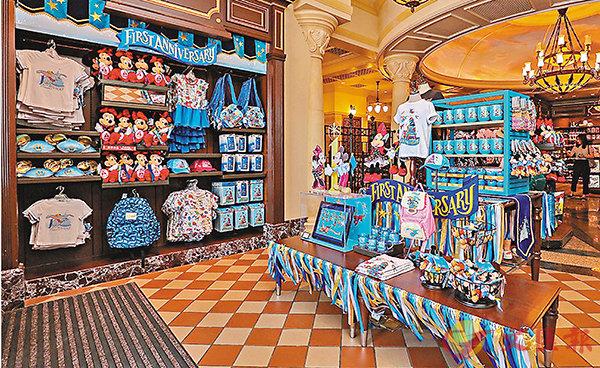 ■上海迪士尼度假區啟動周年慶祝活動,推出「奇妙一周年」系列商品。香港文匯報記者章蘿蘭 攝