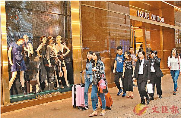 ■受惠於訪港旅遊業續見改善,本港最新失業率維持3.2%。圖為一批內地旅客在尖沙咀購物。 資料圖片