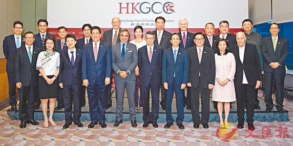 ■吳天海(前排右五)連任總商會主席,強調香港必須抓緊國家發展機遇。