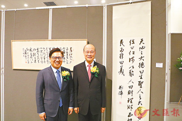 ■蘇樹輝(右)陪同王英偉(左)參觀展品。香港文匯報記者鄧學修  攝