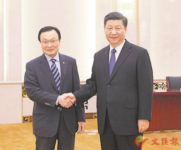 ■國家主席習近平(右)昨日會見韓國特使李海瓚。 新華社