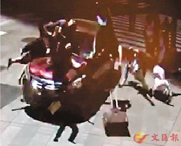 ■房車突然剷上行人路,撞倒多名途人。 路透社