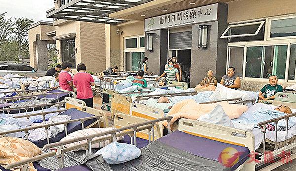 ■「南門護理之家」昨日火災致4亡55傷。圖為部分被搶救出的長者。   中央社