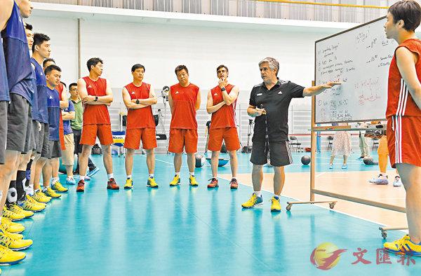 ■洛薩諾(右二)向隊員講解技戰術。 新華社