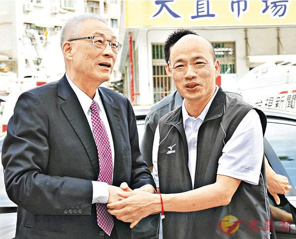 ■吳敦義(左)昨日拜會另一參選人韓國瑜,兩人握手致意,短暫交談。 中央社