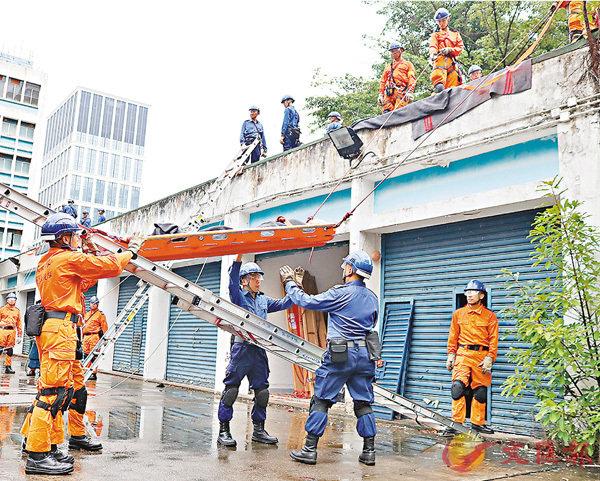 ■民安隊進行拗梯拯救演練。 香港文匯報記者莊禮傑 攝