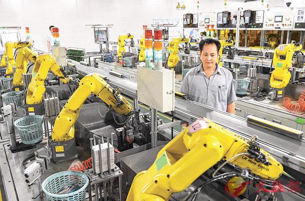 ■胡春華表示,將廣東的製造業優勢與港澳的國際化優勢充分結合起來,一起邁向國際分工體係高端。圖為東莞市一家工廠的打磨機器人。 資料圖片