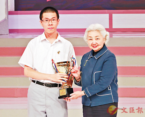 ■梁愛詩向獲最佳發言人的劉百滔頒獎。 香港文匯報記者彭子文  攝