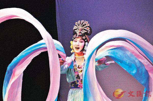 ■演員演出《天女散花》時表演甩水袖動作。