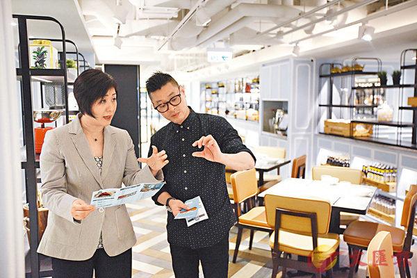 ■翁培禾(左)指,要管理廚房內一眾大男人並不容易,靠的是比他們更專業及更廣闊的視野。
