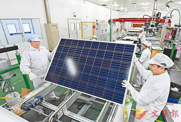 ■財政部指穆迪調降中國評級是低估供給側改革能力。圖為江西新余市國家新能源科技示範城內,一家太陽能科技公司的技術工人在生產線上忙碌。 中新社