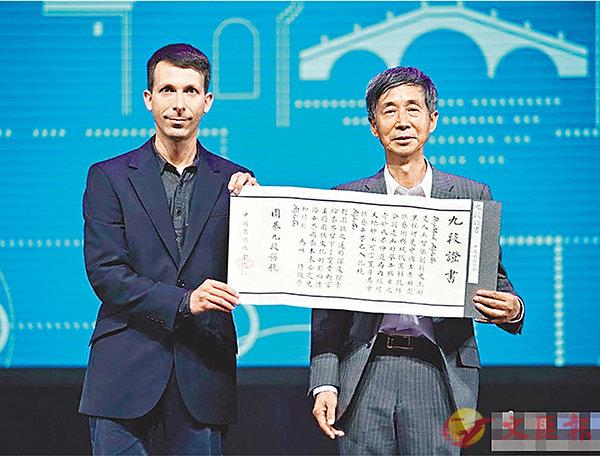 ■在人機大戰閉幕式上,中國圍棋協會宣佈,授予AlphaGo圍棋九段稱號。AlphaGo團隊首席科學家大衛.席爾瓦(David Silver)(左)作為代表接受了中國棋院院長王汝南頒發的證書。網上圖片