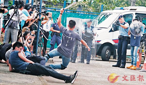 ■新界北衝鋒隊模擬處理持刀傷人事件。 香港文匯報記者梁祖彝 攝