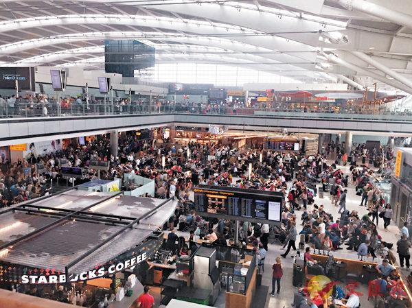 ■希思羅機場擠滿等候乘搭飛機的旅客。美聯社