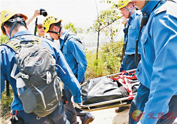 ■死者遺體由消防抬落山。 香港文匯報記者鄧偉明 攝