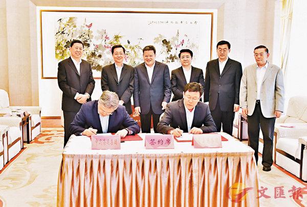 ■青島港與中遠海運集團簽署戰略合作框架協議。香港文匯報山東傳真